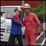 尾畑春夫(スーパーボランティア)の赤いつなぎのブランドは?ヘルメットも!